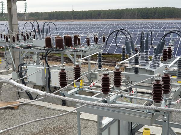 Reconectadores OSM de NOJA Power que interconectan una granja fotovoltaica a la red de distribución a 35 kV