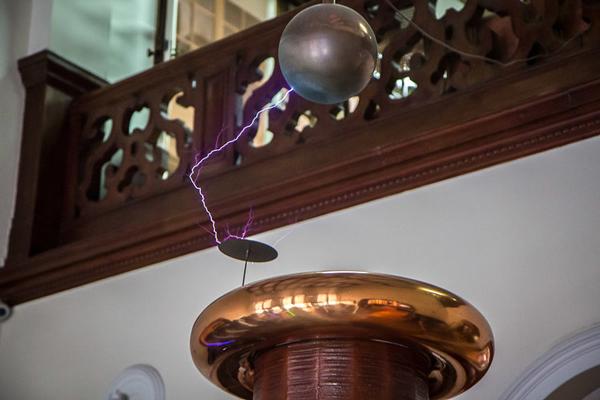 Tesla coil discharging 1,000's of Volts
